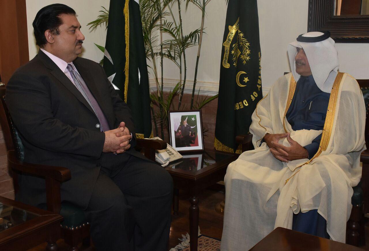 وزير الدفاع بجمهورية باكستان يجتمع مع سفير دولة قطر