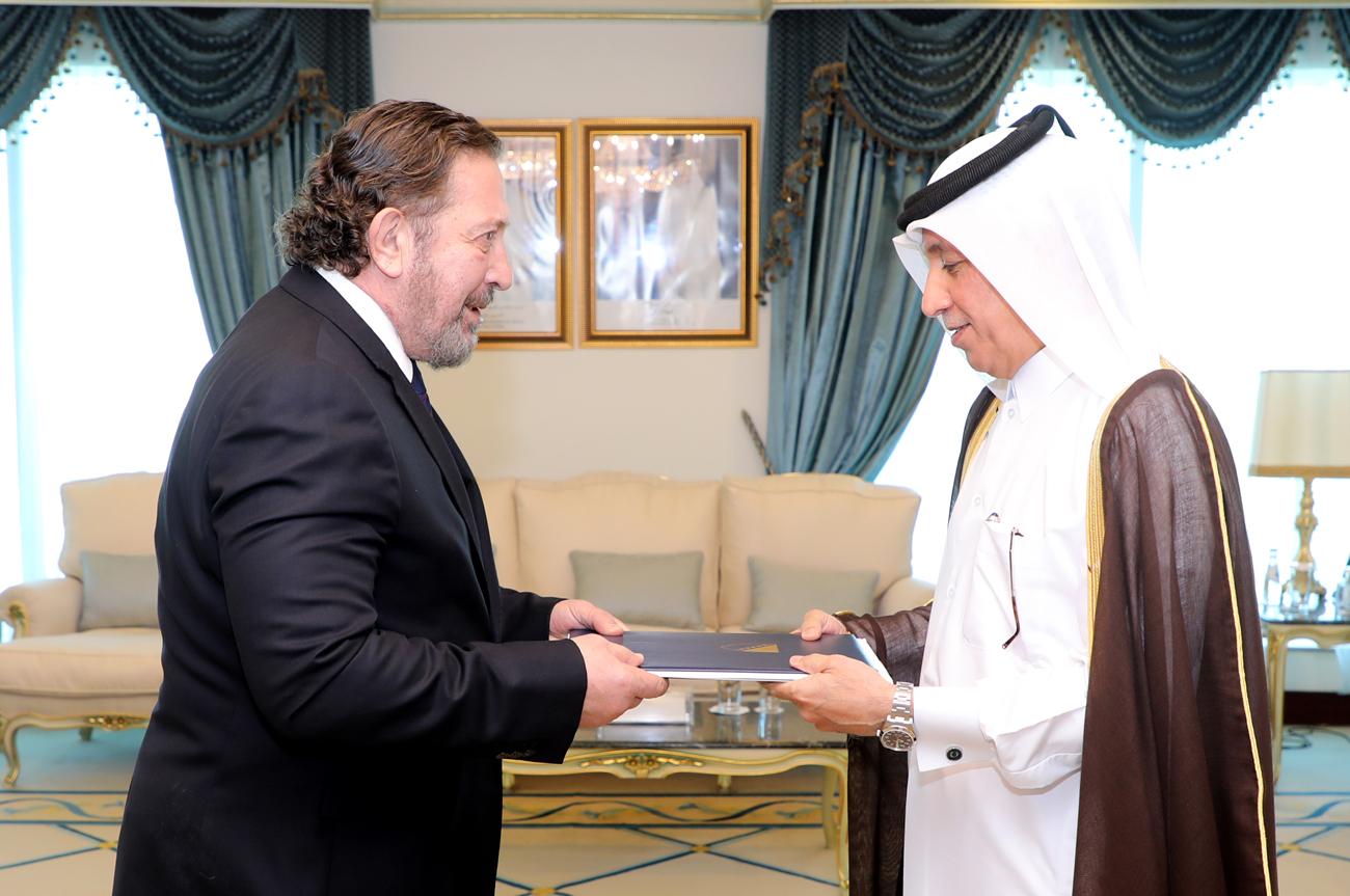 وزير الدولة للشؤون الخارجية يتسلم نسخة من أوراق اعتماد سفيري البوسنة والهرسك والمملكة المتحدة