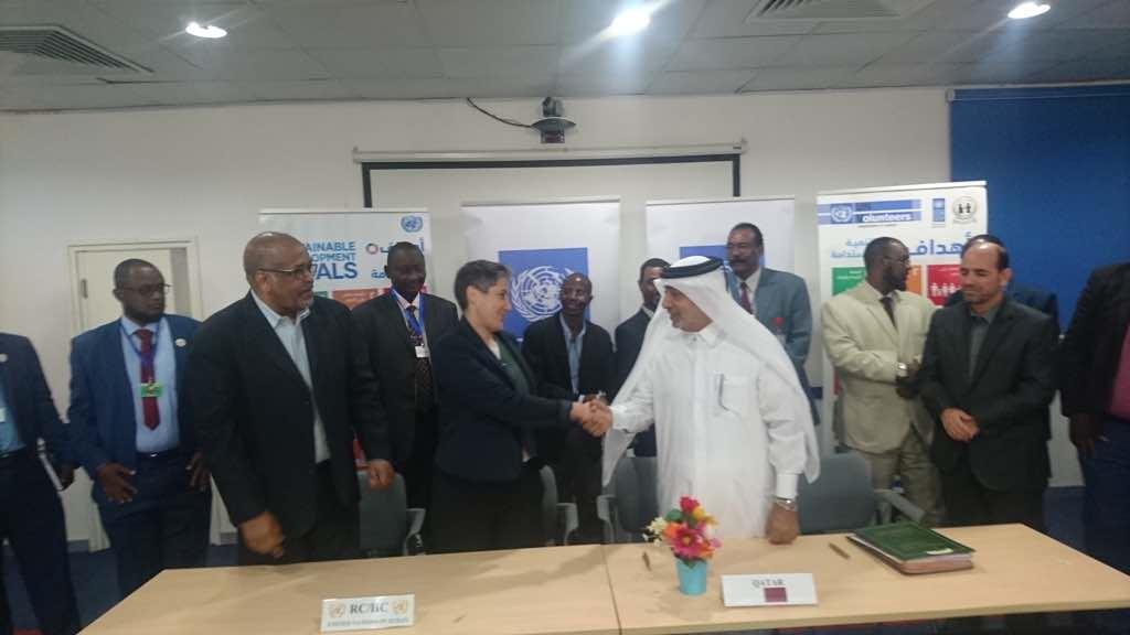 سفير قطر يحضر توقيع عقود بين المنظمات القطرية ومفوضية نزع السلاح بالسودان