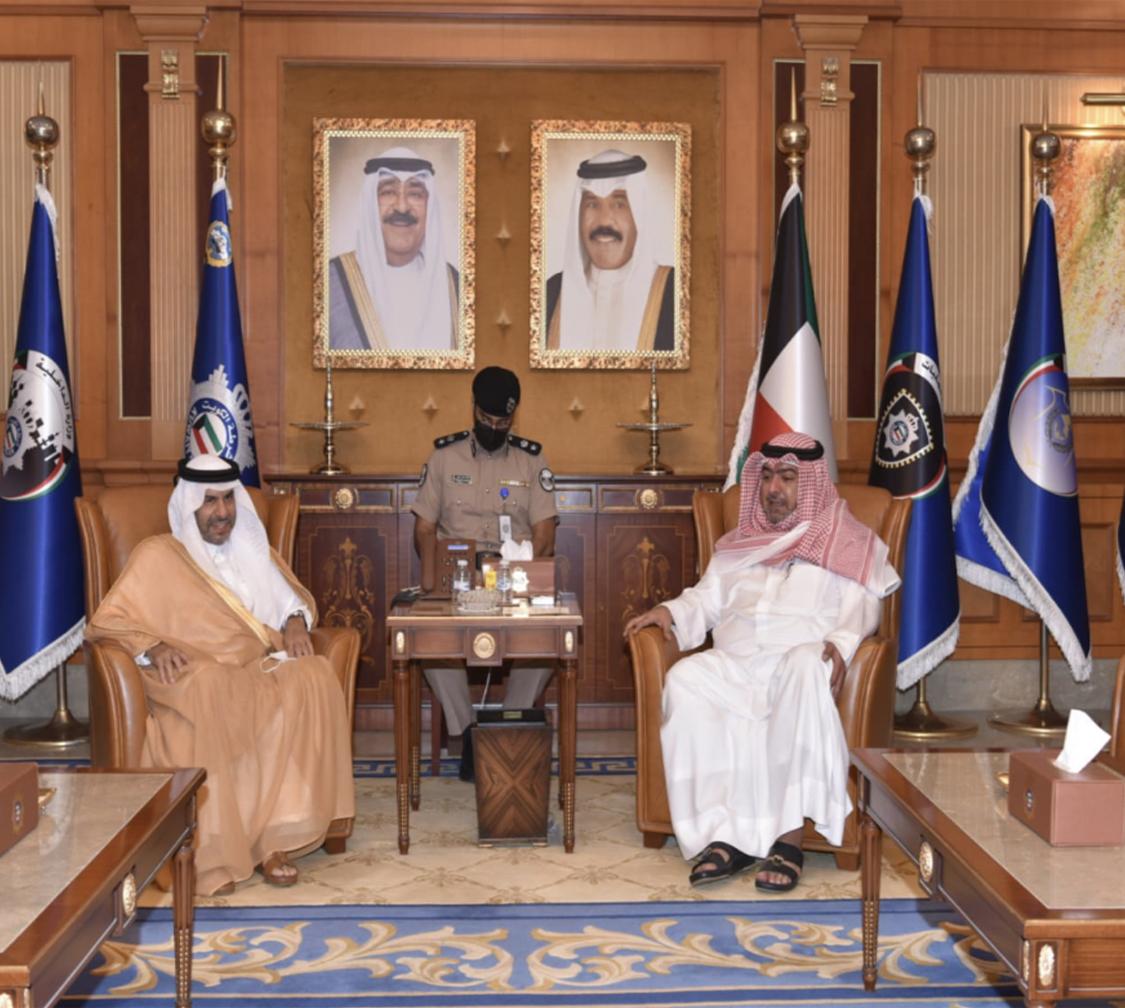 وزير الداخلية الكويتي يجتمع مع سفير قطر