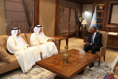 نائب رئيس مجلس الوزراء وزير الخارجية يجتمع مع رئيس الوزراء الصومالي