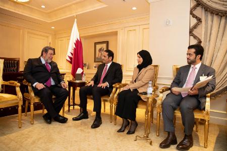 نائب رئيس مجلس الوزراء وزير الخارجية يجتمع مع رئيس وزراء سانت فنسنت وغرينادين