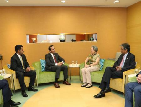 نائب رئيس مجلس الوزراء وزير الخارجية يجتمع مع مسؤولين سنغافوريين