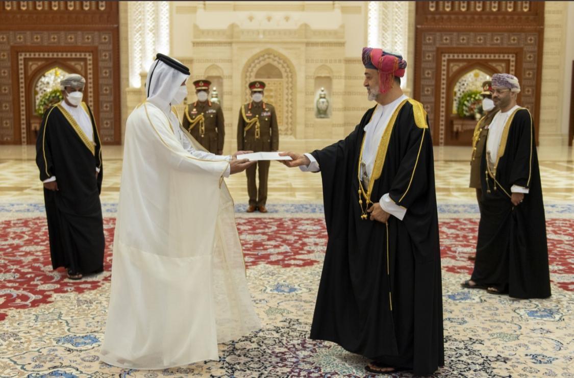 سلطان عمان يتسلم أوراق اعتماد سفير دولة قطر