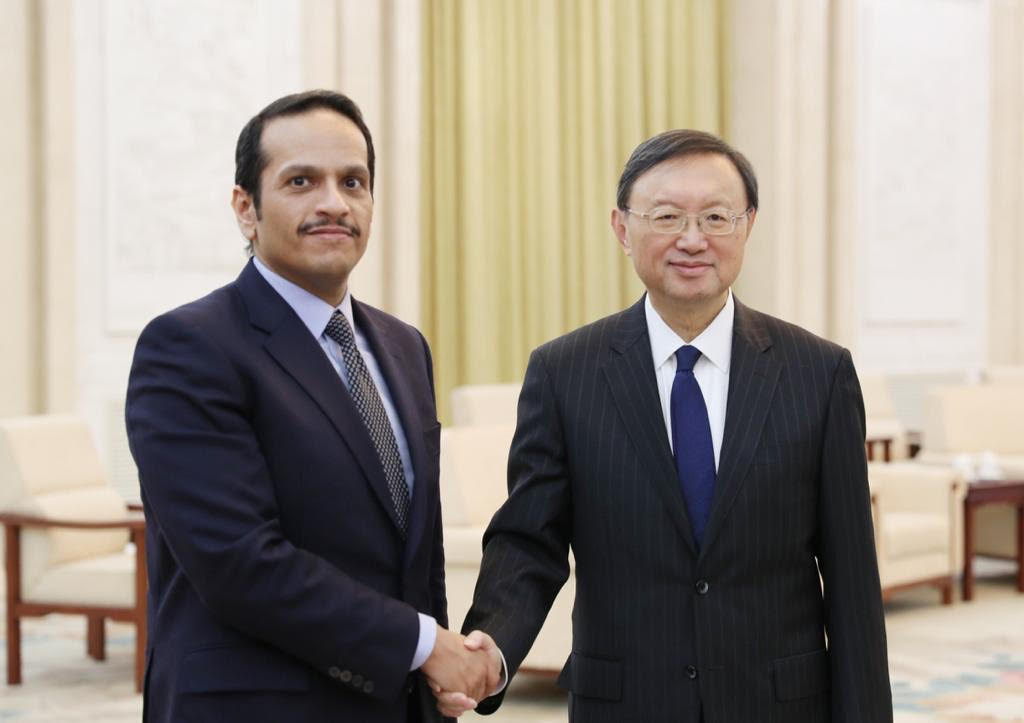 نائب رئيس مجلس الوزراء وزير الخارجية يجتمع مع مسؤول صيني