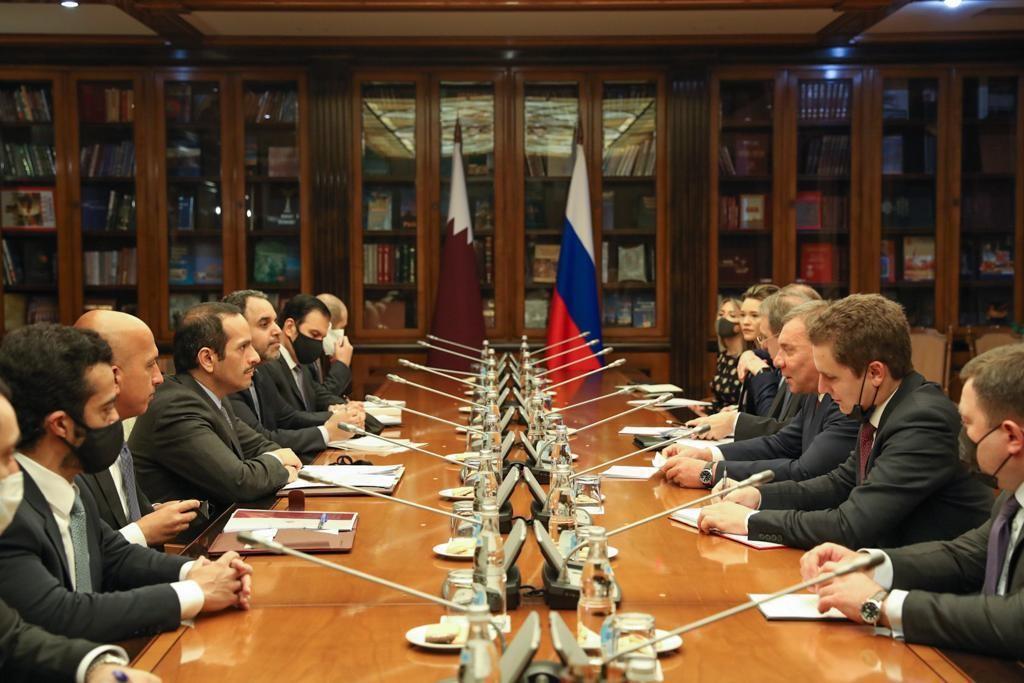 نائب رئيس مجلس الوزراء وزير الخارجية يجتمع مع نائب رئيس الحكومة الروسية