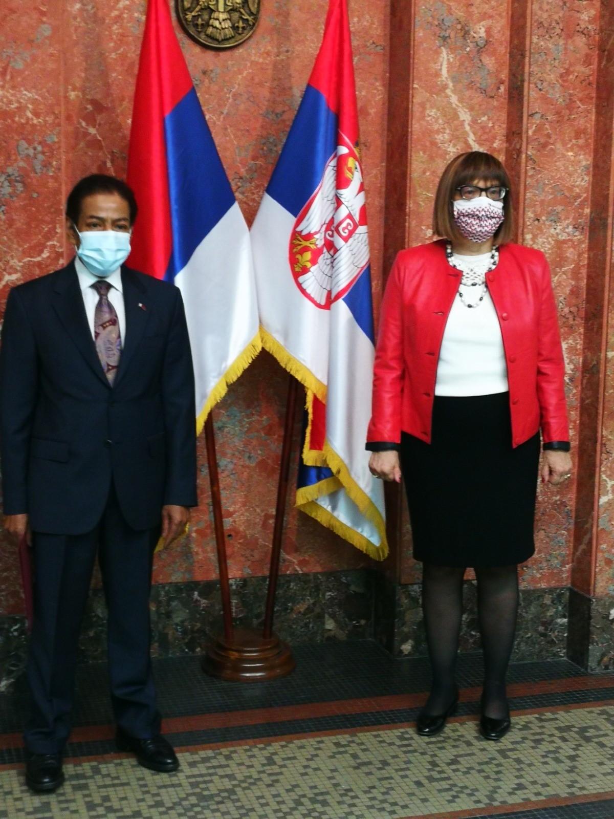 نائبة رئيس الوزراء وزيرة الثقافة والإعلام في  صربيا تجتمع  مع سفير قطر