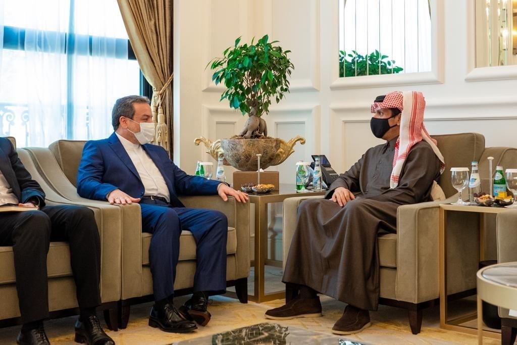 نائب رئيس مجلس الوزراء وزير الخارجية يجتمع مع مساعد وزير الخارجية الإيراني
