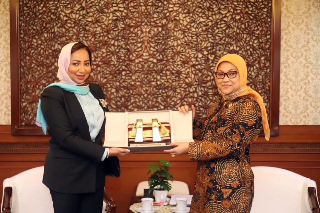 وزيرة القوى العاملة الإندونيسية تجتمع مع سفير قطر