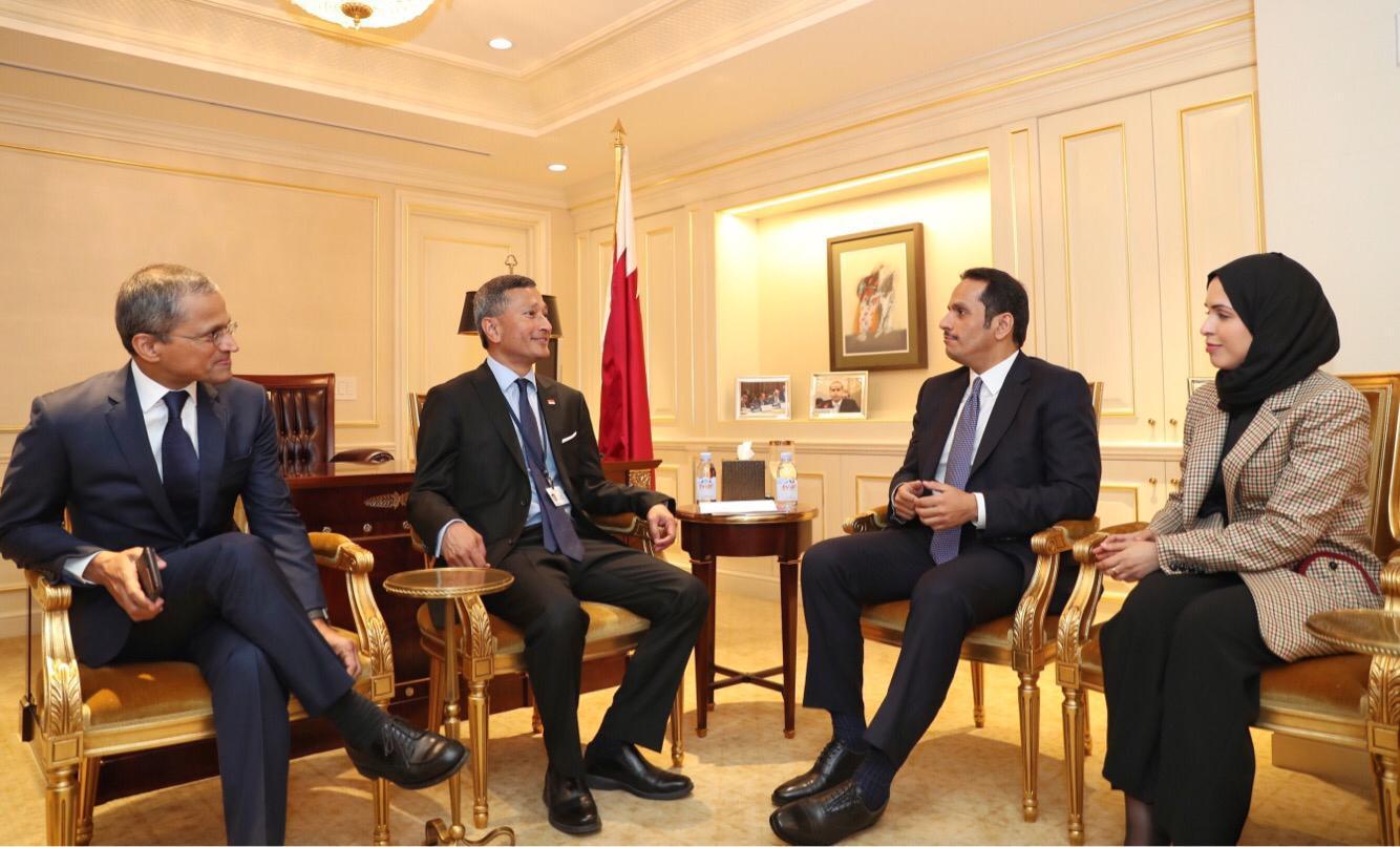 نائب رئيس مجلس الوزراء وزير الخارجية يجتمع مع وزير خارجية سنغافورة