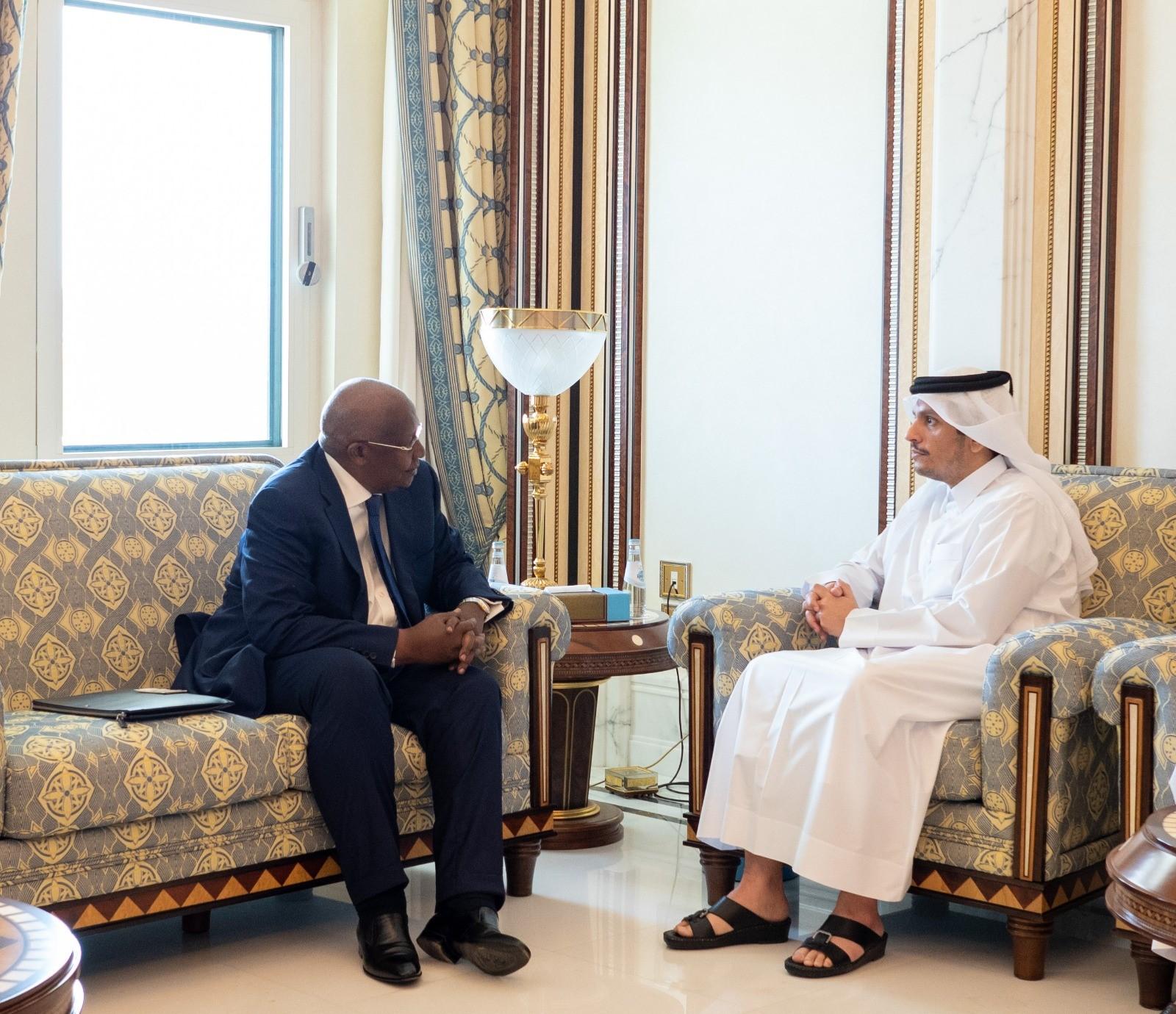 نائب رئيس مجلس الوزراء وزير الخارجية يجتمع مع وزير خارجية أوغندا