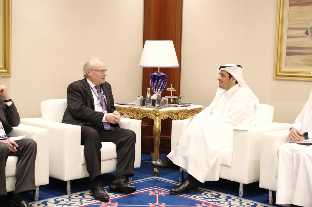 نائب رئيس مجلس الوزراء وزير الخارجية يجتمع مع مسؤولين على هامش منتدى الدوحة