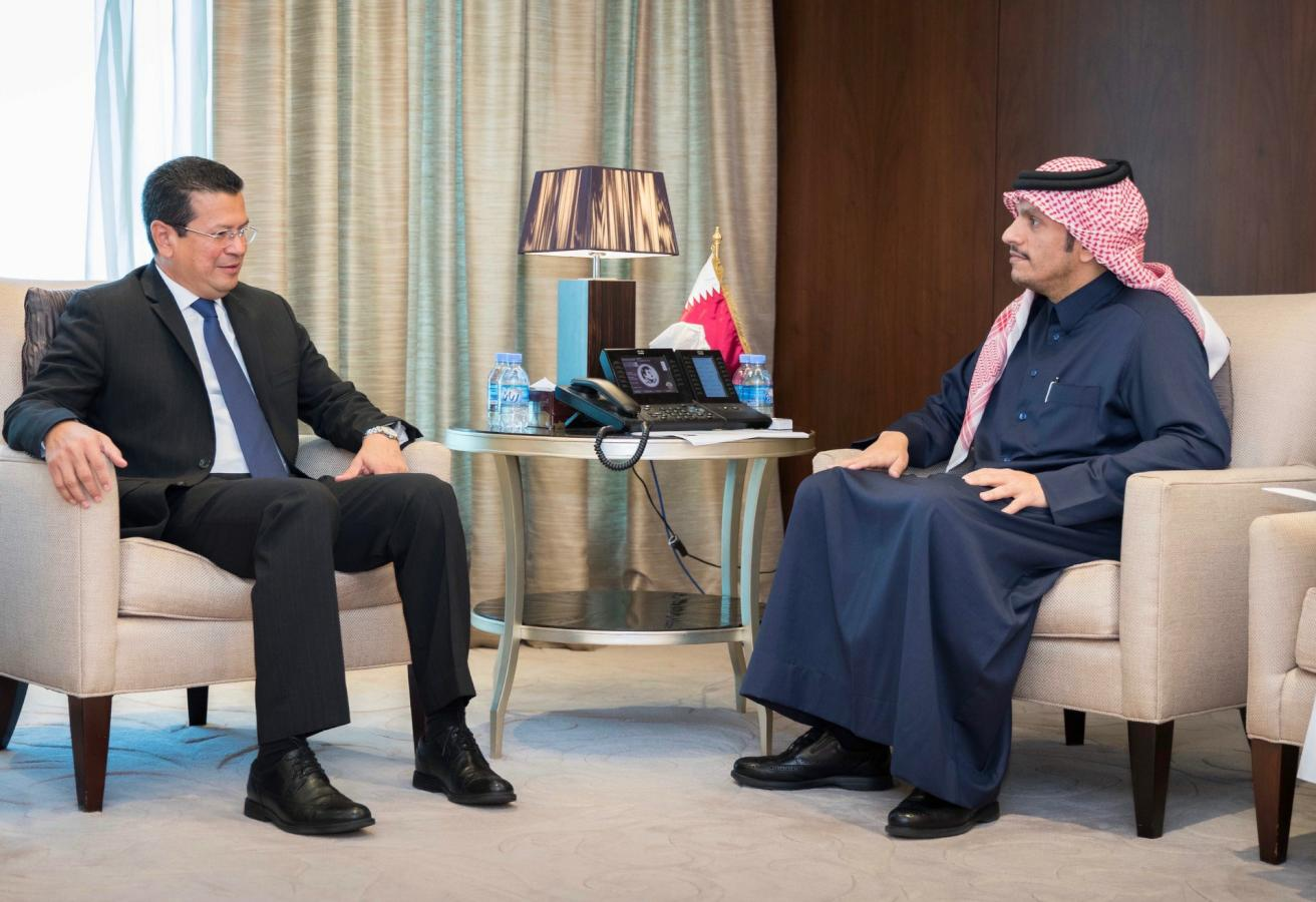 نائب رئيس مجلس الوزراء وزير الخارجية يجتمع مع وزير خارجية السلفادور