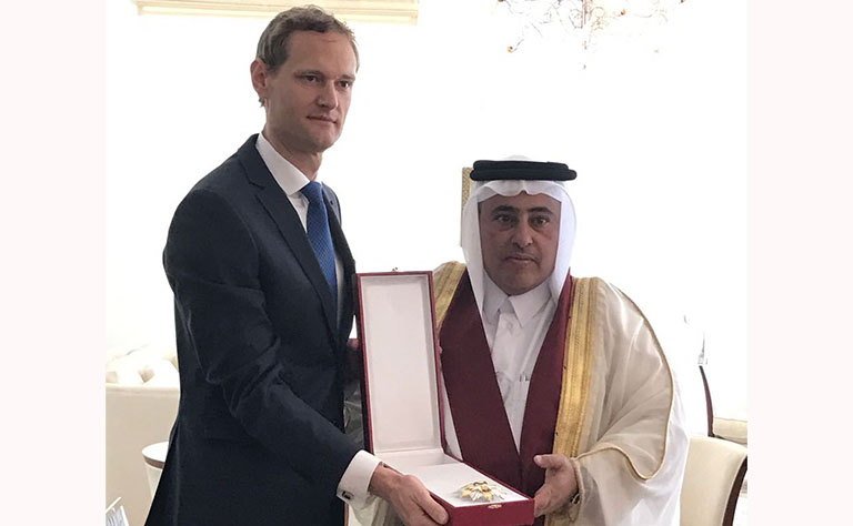 ملك بلجيكا يمنح سفير قطر السابق وسام