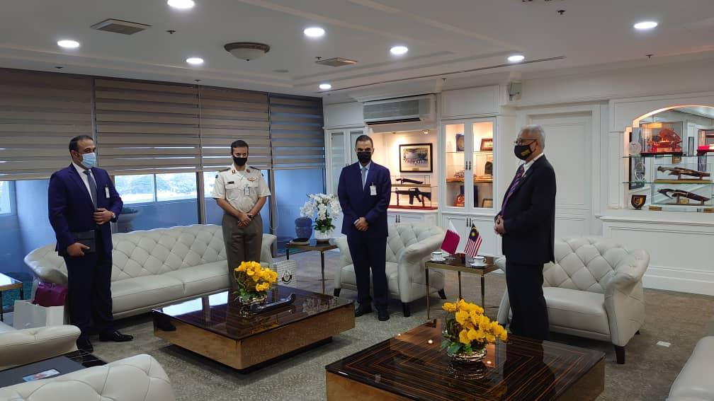 وزير الدفاع الماليزي يجتمع مع سفير قطر