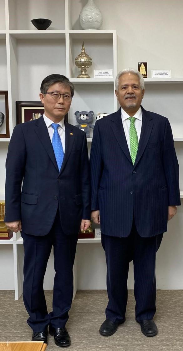 وزير النقل الكوري يجتمع مع سفير دولة قطر