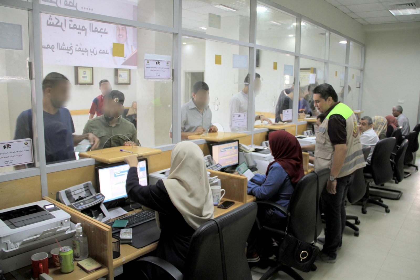 اللجنة القطرية لإعادة إعمار غزة تبدأ صرف منحتها المالية لـ100 ألف أسرة متعففة بالقطاع