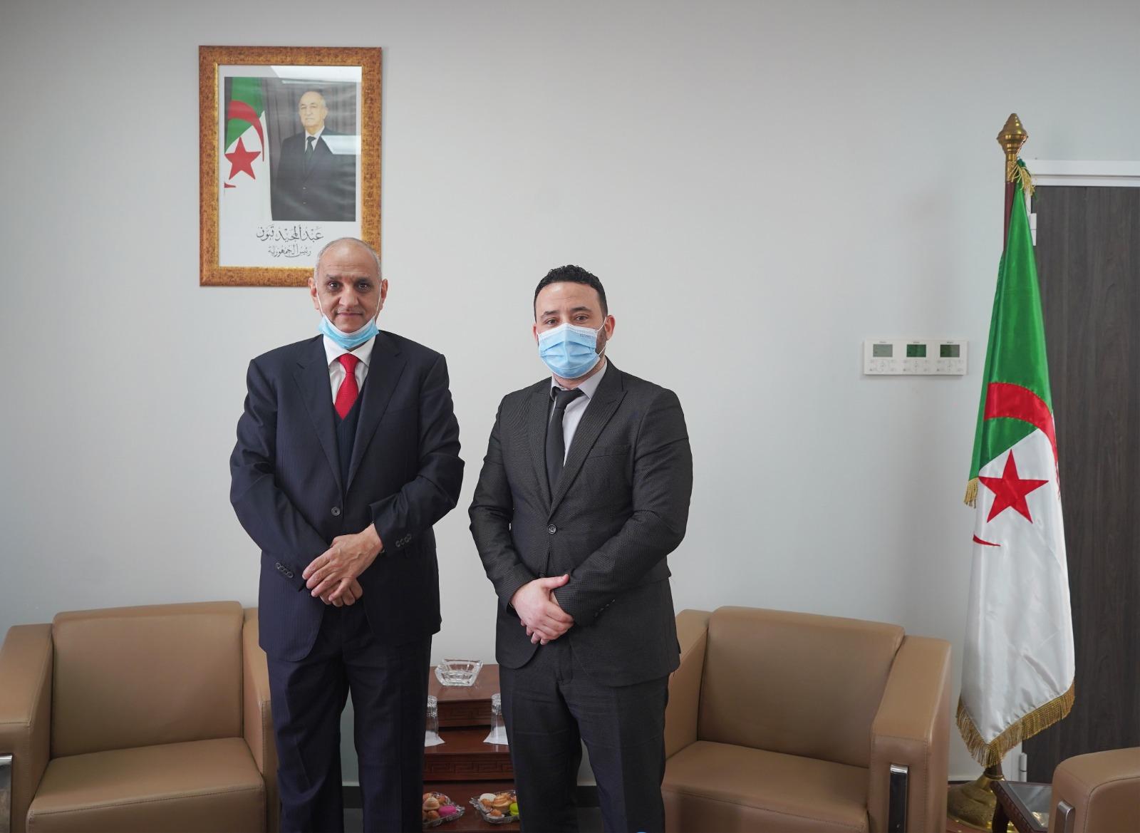 الوزير المنتدب لدى الوزير الأول المكلف بالمؤسسات المصغرة بالجزائر يجتمع مع سفير دولة قطر