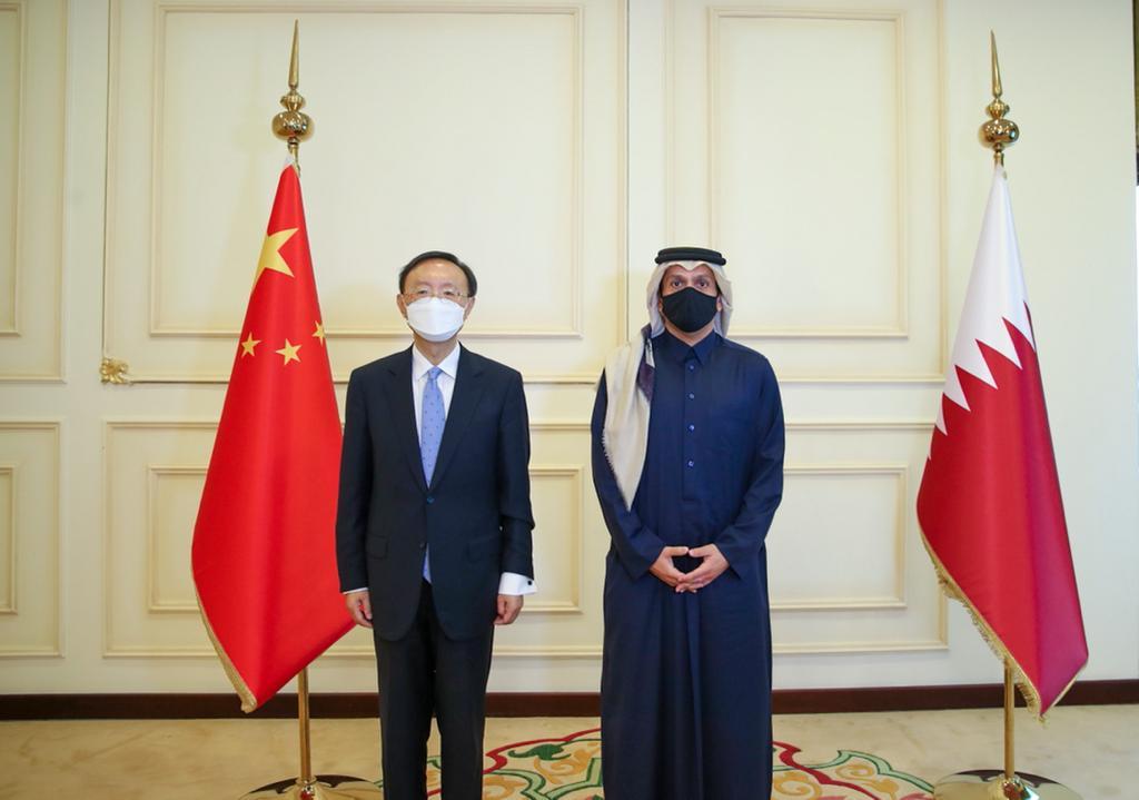 نائب رئيس مجلس الوزراء وزير الخارجية يجتمع مع عضو المكتب السياسي الصيني