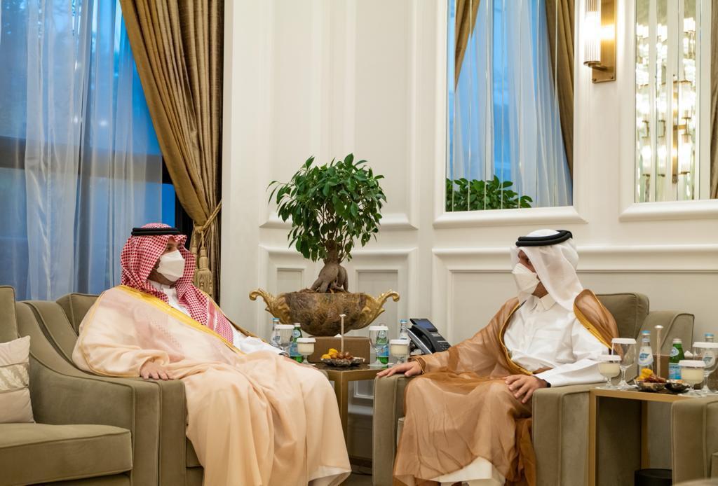 نائب رئيس مجلس الوزراء وزير الخارجية يجتمع مع وزير الدولة عضو مجلس الوزراء السعودي