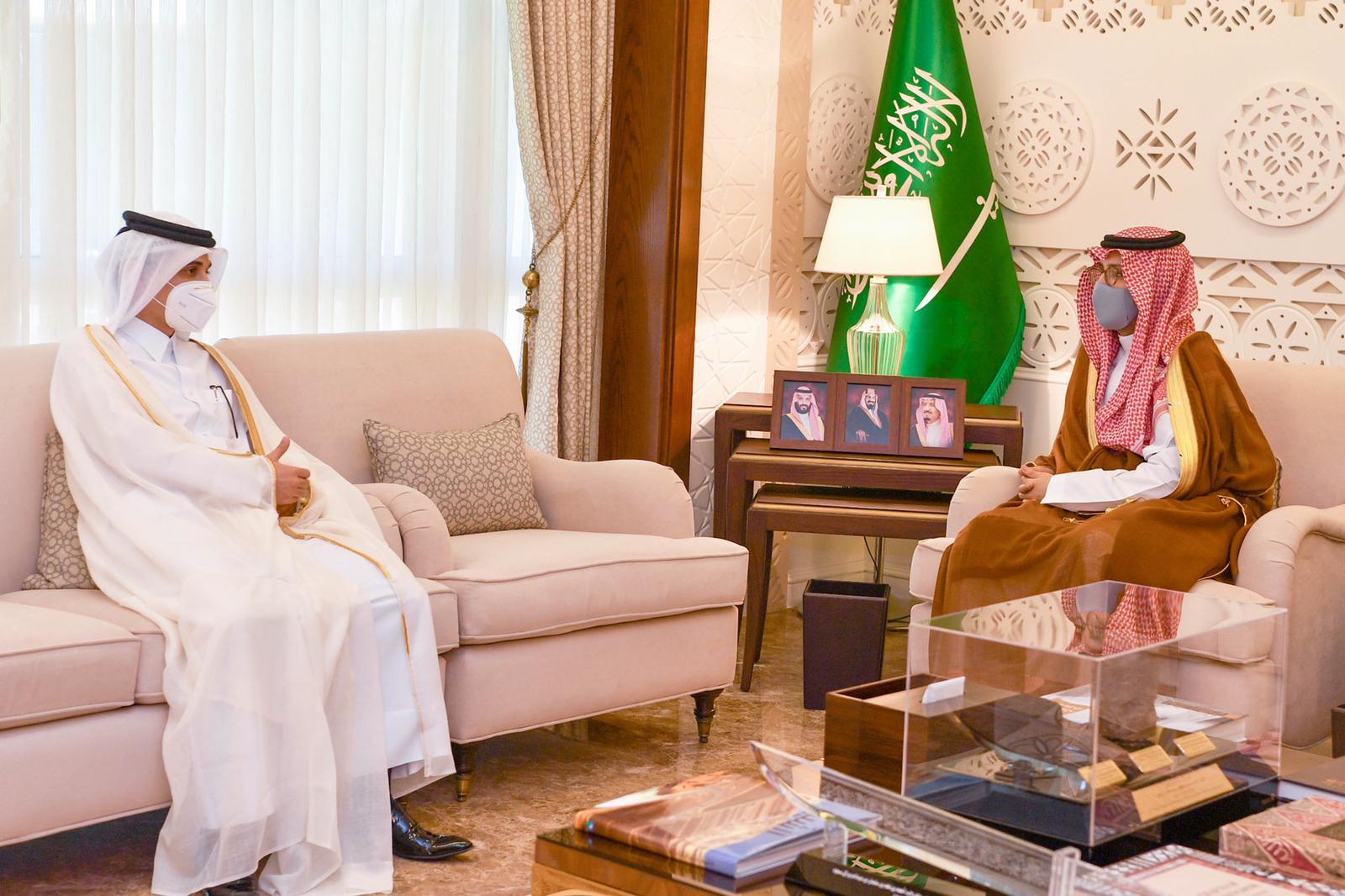 نائب أمير المنطقة الشرقية في السعودية يجتمع مع القائم بالأعمال القطري