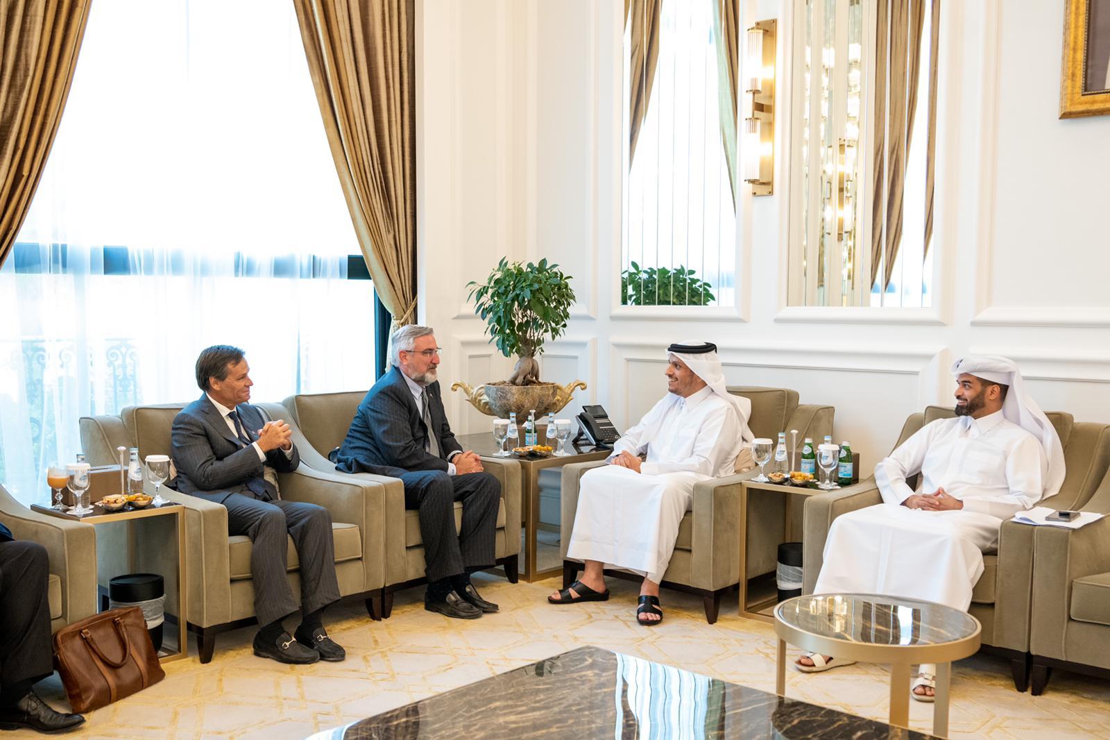 نائب رئيس مجلس الوزراء وزير الخارجية يجتمع مع حاكم ولاية إنديانا الأمريكية