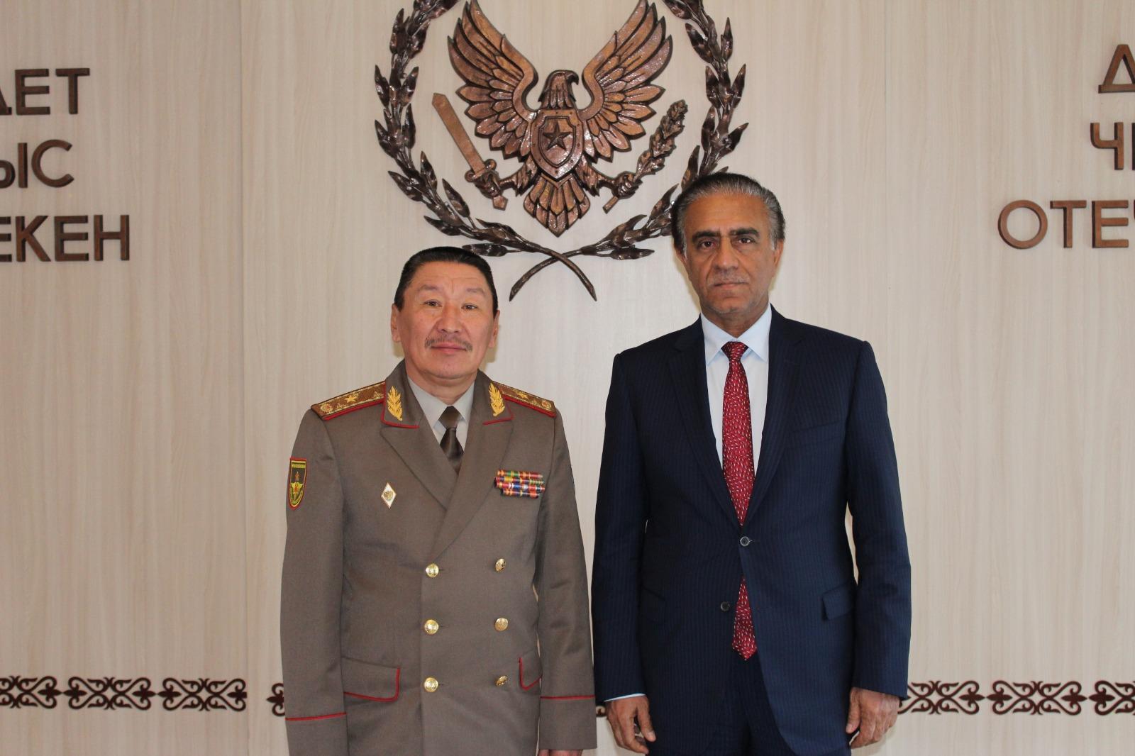 وزير الدفاع القرغيزي يجتمع مع سفير قطر