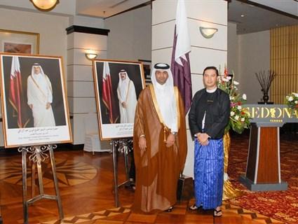 رفع العلم القطري على مبنى سفارة دولة قطر في ميانمار